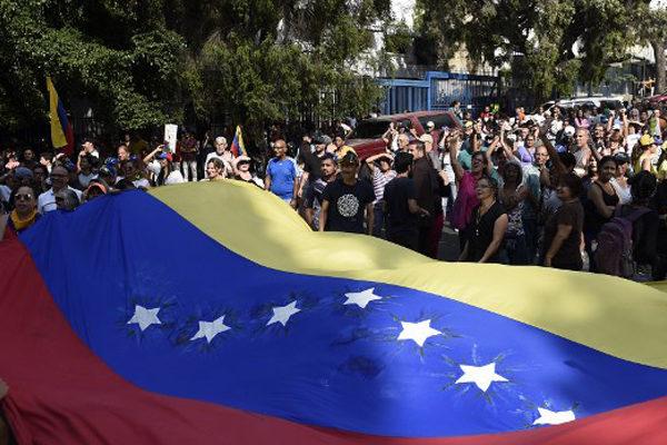 «Basta de caos»: venezolanos protestan contra Maduro por apagón