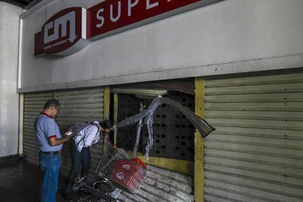 Saqueos en Venezuela en medio de un falla eléctrica que va para 100 horas