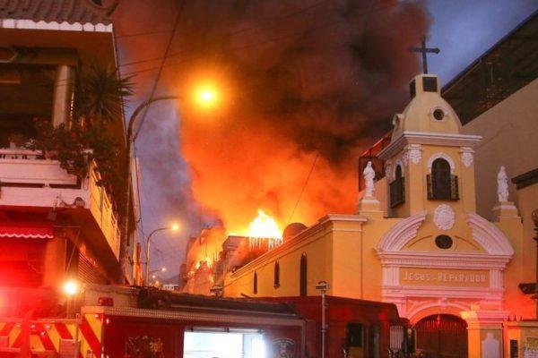 Se registró gran incendio en zona comercial en el centro de Lima