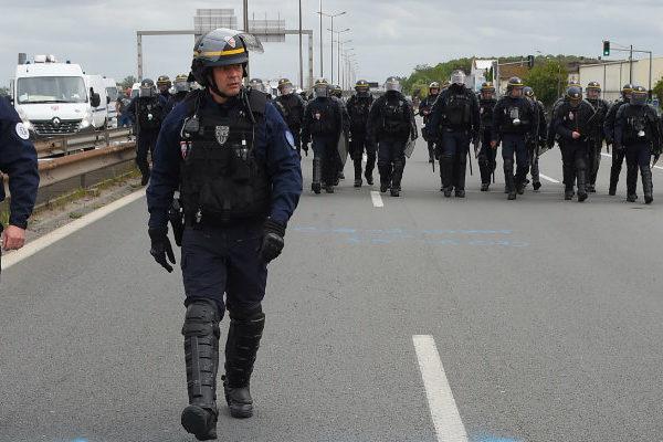 Chalecos amarillos otra vez en las calles de Francia a pesar de anuncios de Macron