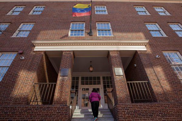 Embajada de Venezuela en EE.UU exige al gobierno de Maduro permitir retorno de venezolanos