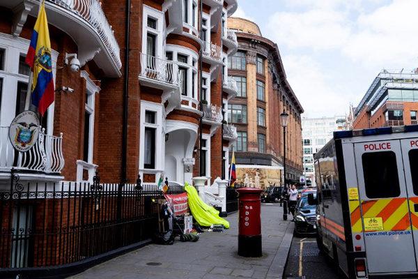 Exvecinos de Assange en Londres respiran tranquilos tras siete años de agitación