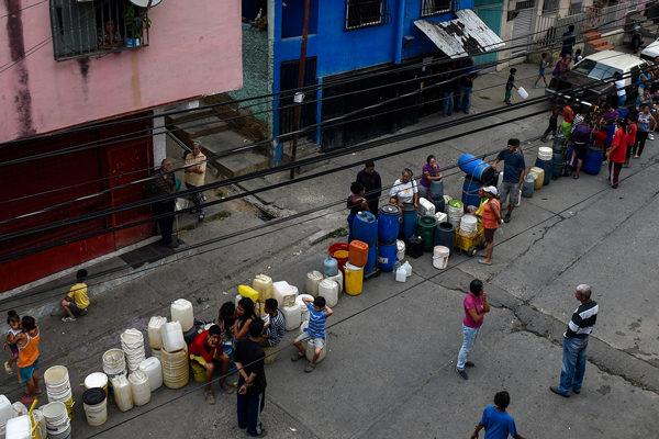 Sin distingo de clases, los venezolanos hacen maromas para surtirse de agua