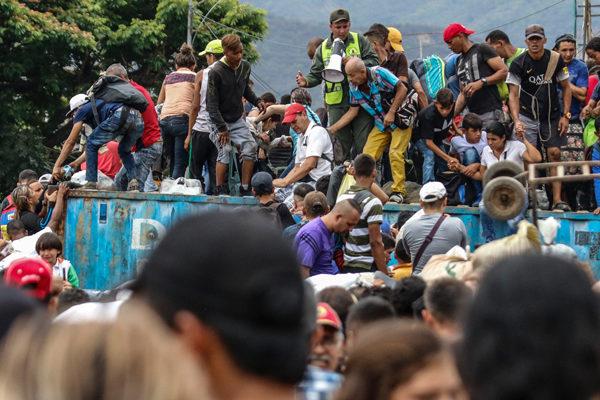 Venezolanos saltan barricadas para cruzar hacia Colombia