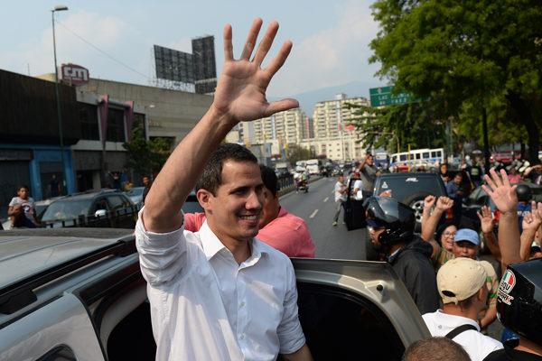 Guaidó insiste a militares que retiren apoyo a Maduro