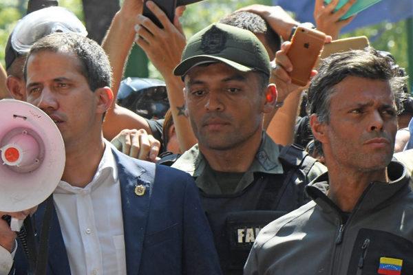 Militares se sublevan contra Maduro y Guaidó afirma que no hay vuelta atrás