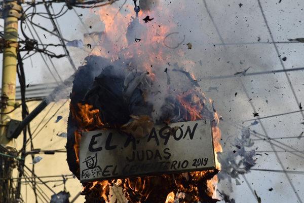Guaidó, Maduro y el apagón ardieron en la quema de Judas en Venezuela