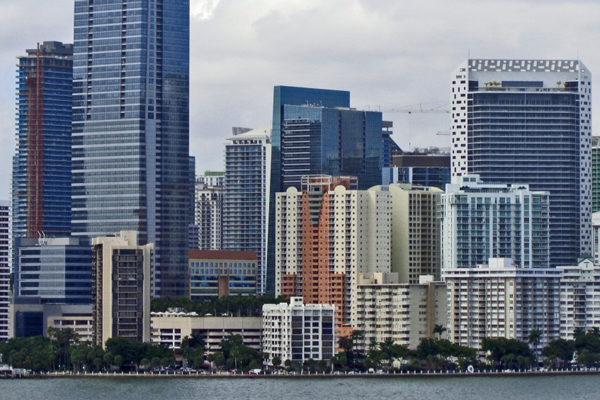 Bajos impuestos llevan a grandes empresas financieras y tecnológicas hasta Miami