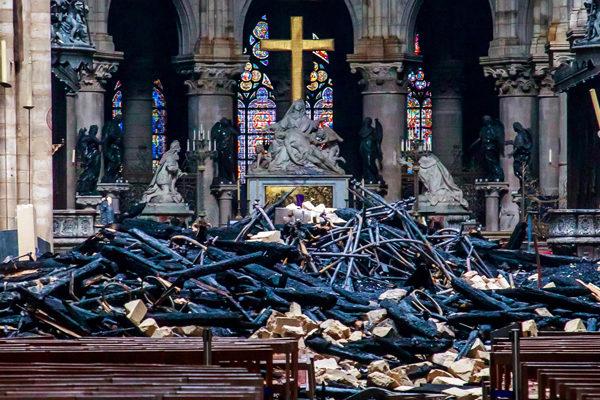 Millonarios y empresas prometen unos 800 millones de euros para reconstruir Notre Dame