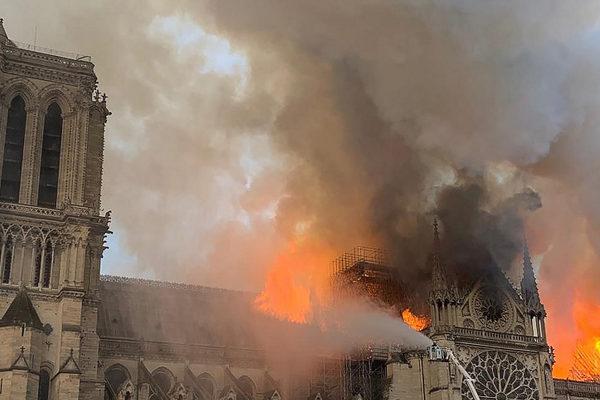 «Reconstruiremos Notre Dame», promete Macron tras incendio en catedral