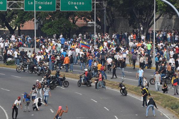 VIDEO | Blindado de la guardia arrolla a manifestantes opositores en Caracas