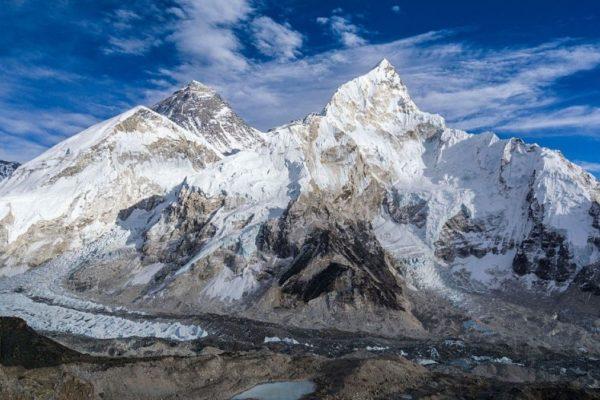 El Everest se enfrenta a un año récord de montañistas y problemas de seguridad