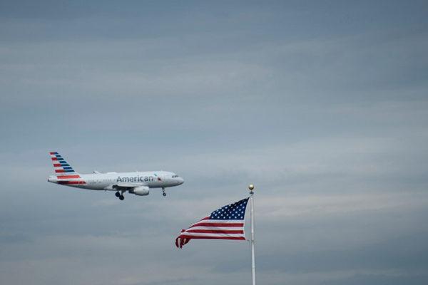 American Airlines genera ola de críticas por llenar completamente sus aviones
