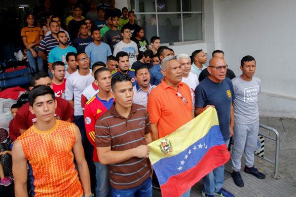 Desalojan a desertores de fuerza armada de Venezuela de refugio en Colombia