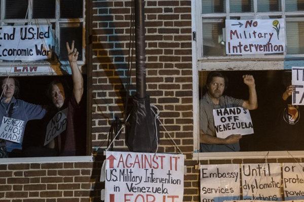 Activistas que ocupan embajada de Venezuela en EEUU aguardan entrada de la policía
