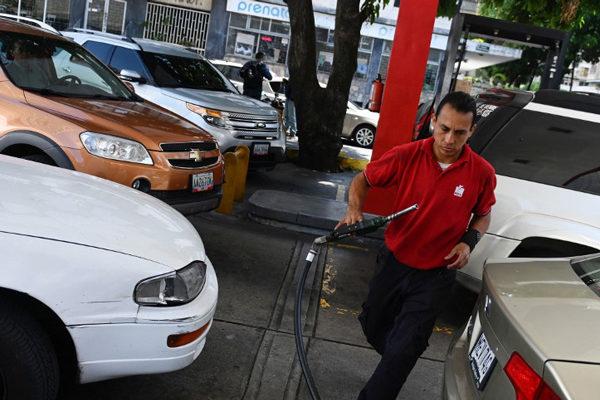 Colas de varios días para surtirse de gasolina en Venezuela