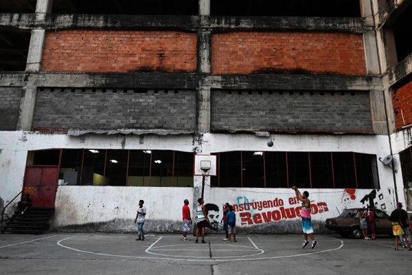 Infierno a la espera de una casa: la vida en edificios invadidos en Venezuela