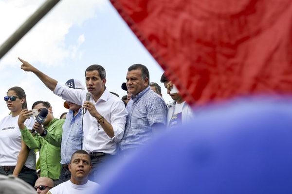 Guaidó desafía a Maduro en la cuna de Chávez