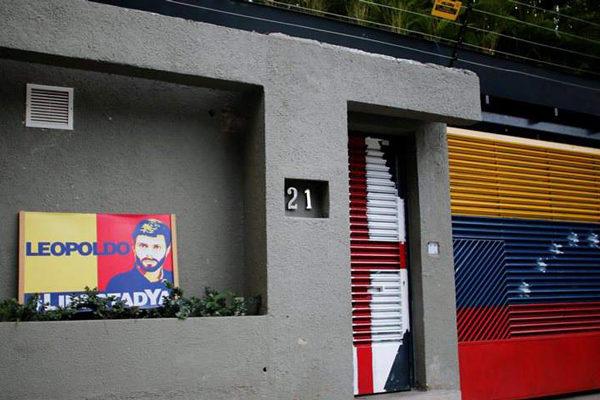 Allanan casa de Leopoldo López