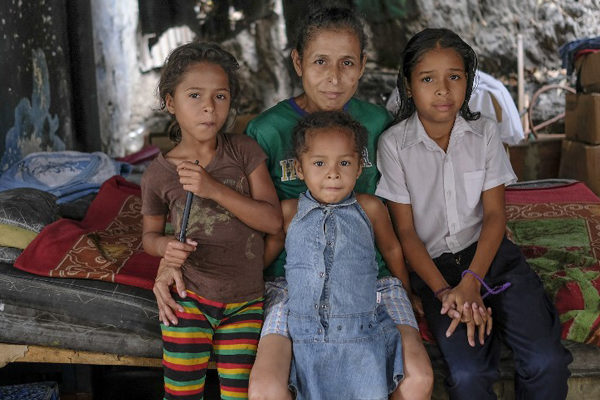 Otro fenómeno de la crisis: en Venezuela las abuelas vuelven a ser madres