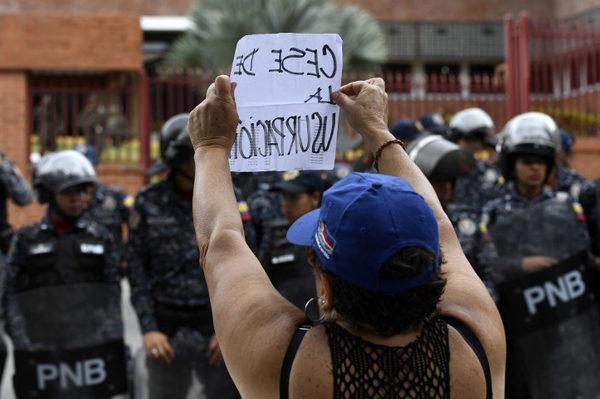 Opositores marchan hacia cuarteles para pedir que cese apoyo militar a Maduro