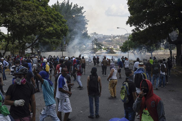 Al menos 27 heridos dejan disturbios jornada de protestas en Caracas