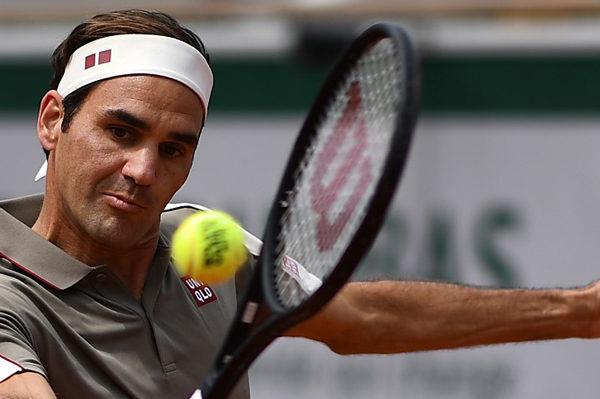 Federer gana sin apuros en su regreso a Roland Garros