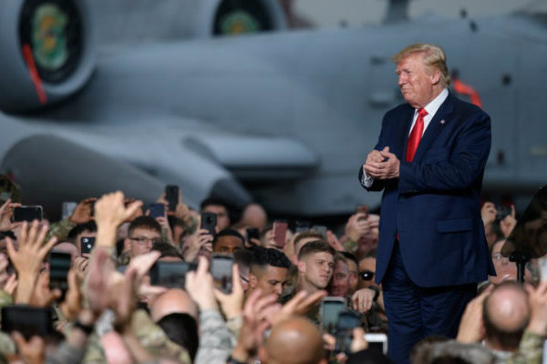 Trump se divierte con sus simpatizantes en mitin pese a impeachment