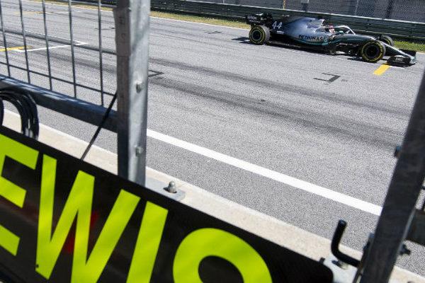 Hamilton, sancionado con tres puestos, saldrá quinto en Austria