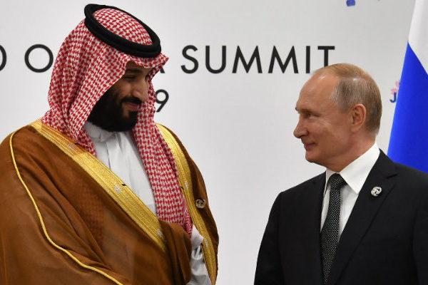 Arabia Saudita analiza adelantar recorte de producción para detener sangría de precios petroleros