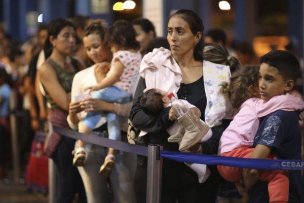 Venezolanos se aferran al salvavidas del asilo mientras Perú endurece controles fronterizos