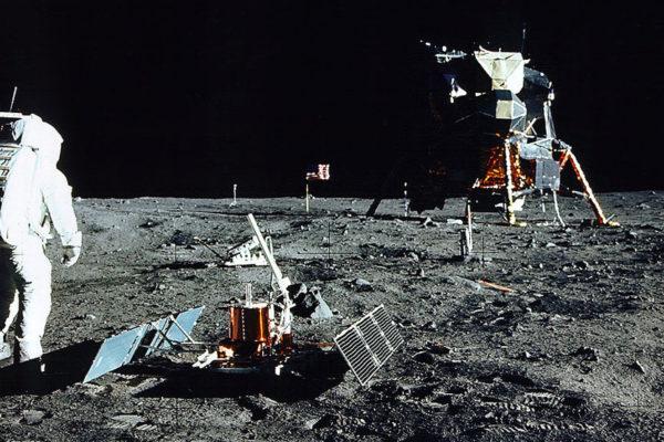 Resultado de imagen para 1969, en el complejo espacial de la NASA de Cabo Kennedy en Florida, despega el Apolo 11 con el objetivo de poner un hombre en la superficie de la Luna
