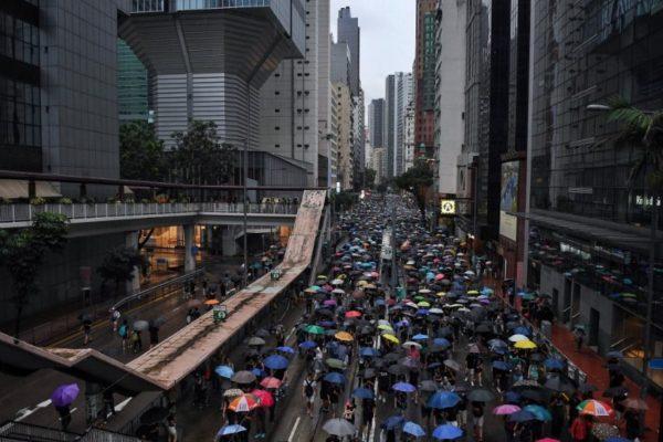 Manifestantes bloquean accesos al aeropuerto de Hong Kong