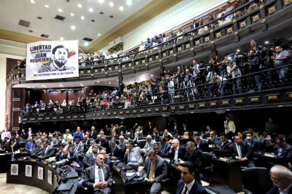 Una oposición sin brújula se mueve entre la «comparsa» y el «boicot»