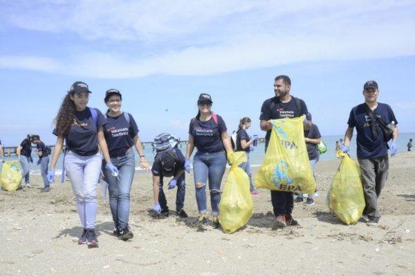 Telefónica   Movistar movilizó su voluntariado para limpiar playas en La Guaira