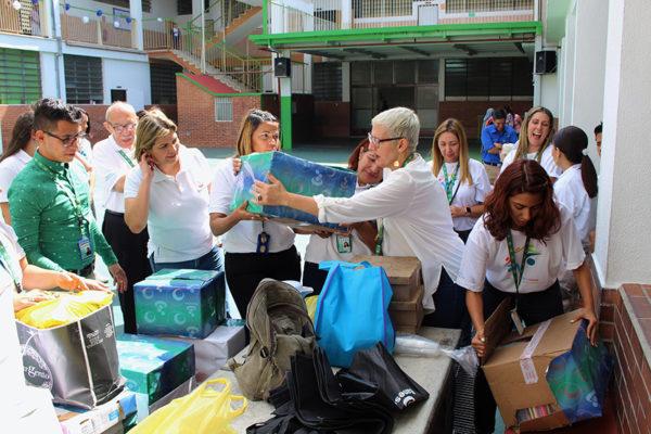Voluntariado de Banesco entrega útiles a alumnos de colegio de la AVEC en La Pastora