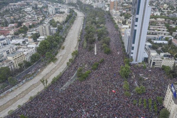 Histórica movilización conmueve a Chile y exige una nueva transición