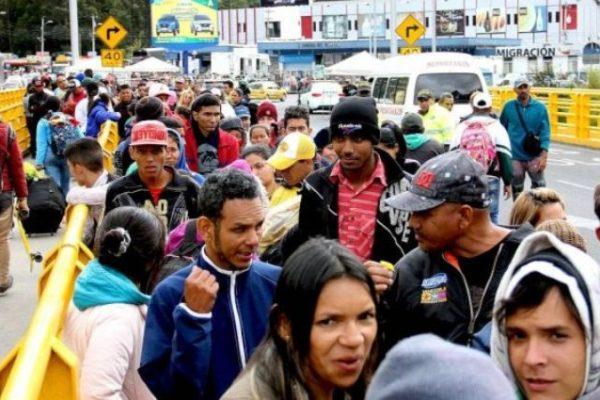 Más de 200 migrantes, la mayoría venezolanos, esperan pasar a Perú desde Ecuador