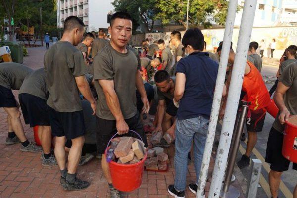 Inusual despliegue de soldados chinos para limpiar las calles de Hong Kong