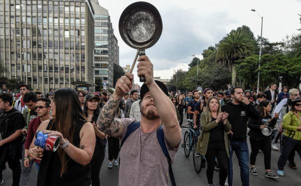 Colombianos rechazan la reforma fiscal del Gobierno al ritmo de las cacerolas