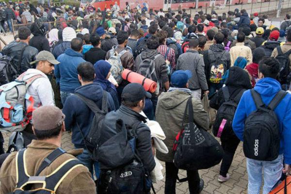 Miles regresan y miles se van: la emigración camina por la frontera para huir de la miseria