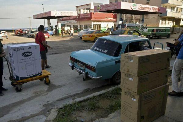 Con largas filas comienzan las ventas en dólares en Cuba