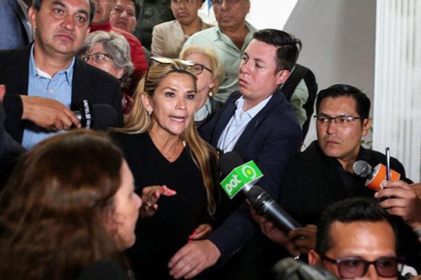 Jeanine Añez asumirá presidencia de Bolivia para convocar elecciones y Evo se va a México