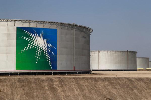 Aramco lanza una emisión de deuda ante la caída del crudo y de su beneficio