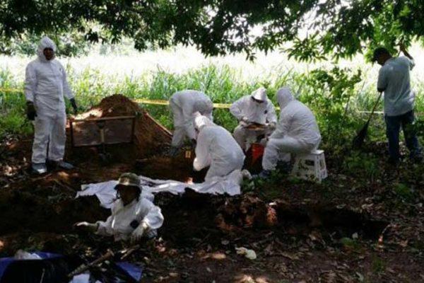 Hallan fosa con más de 50 cuerpos en Colombia