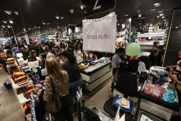 Largas filas en Venezuela para comprar con Petroaguinaldo
