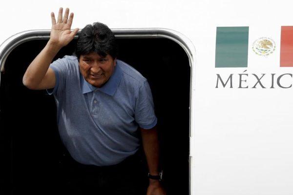 Evo Morales firma poder para inscribirse como candidato al parlamento boliviano