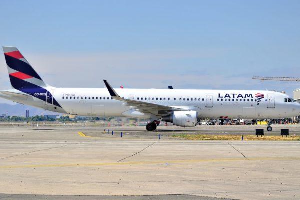 Paro en aeropuertos de Buenos Aires afecta a más de 40 vuelos de Latam