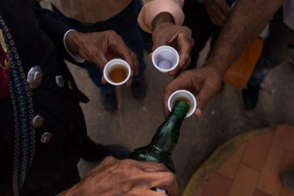 Pandemia: suben muertes por consumo de licores adulterados en México