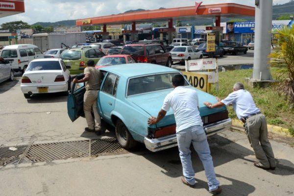 Venezolanos cierran el 2019 padeciendo por la escasez de gasolina
